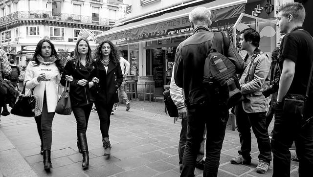 Jeunes femmes marchant dans la rue.