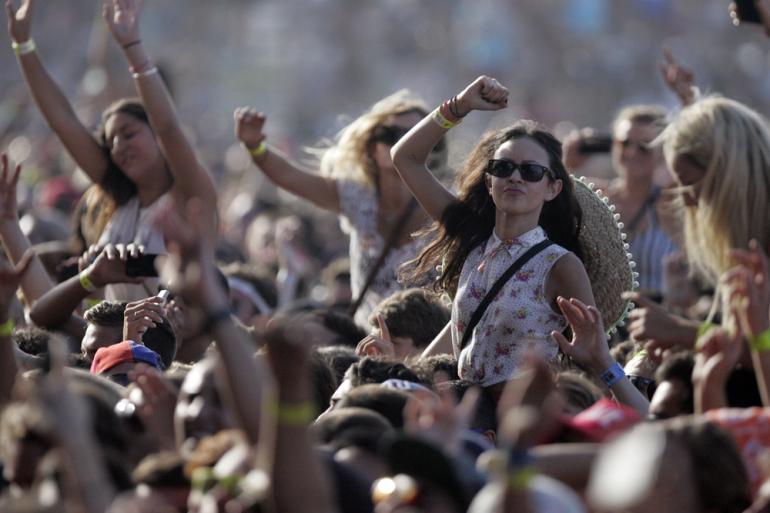 Filles à un festival de musique