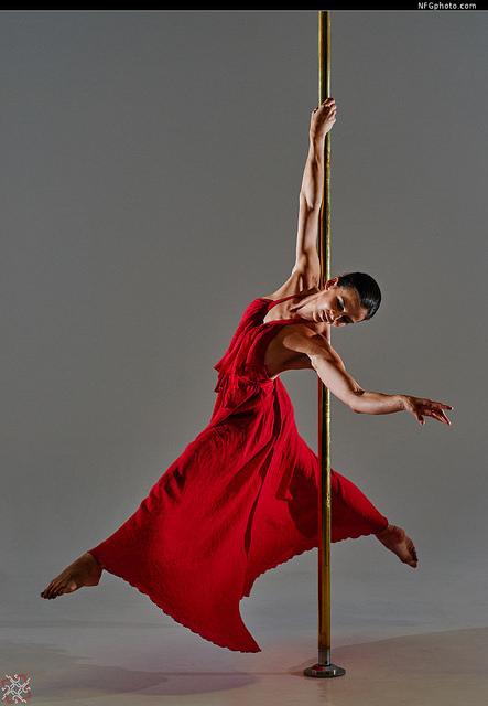 Femme qui pratique le pôle dancing