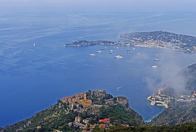 Baie de Èze sur la Côte d'Azur, dans les Alpes-Maritimes.