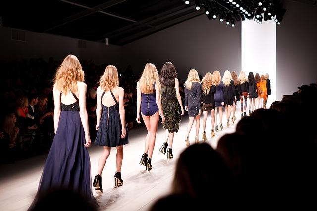 Défilé de mannequins femmes.