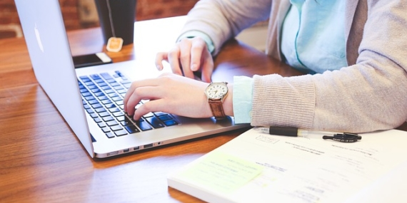 Jeune femme qui travaille sur ordinateur.