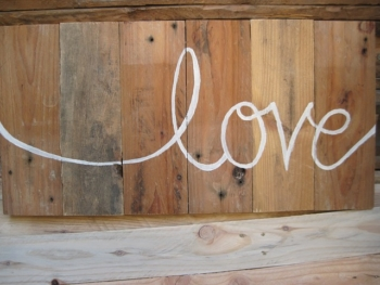 """Le mot """"love"""" écrit sur du bois brut de bricolage"""