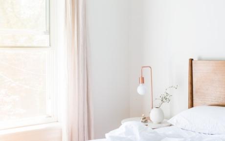 Photo d'un lit et d'une fenêtre.
