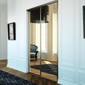 Portes de placard encastrées avec miroirs.