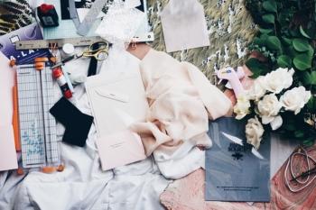 Outils et tissu pour confectionner des vêtements sur-mesure.