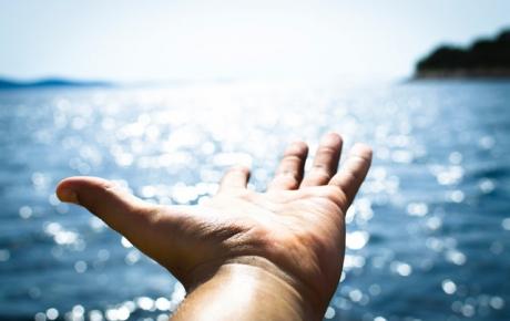 Main devant la mer.