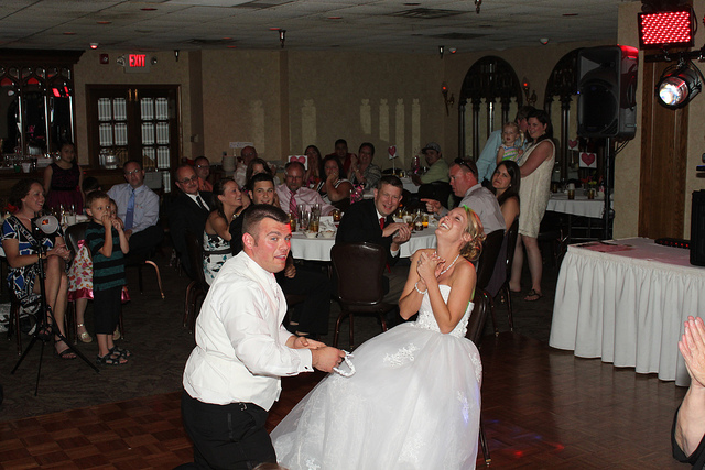 Jeu de la jarretière lors d'un mariage