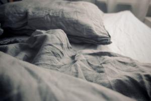 Draps de lit gris froissés