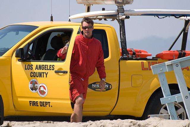 maître nageur et camion jaune