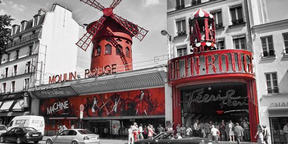 Devant le Moulin Rouge à Paris, photo noir, blanc et rouge.