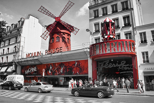 Devant le Moulin Rouge à Paris, photo noir, blanc et rouge.
