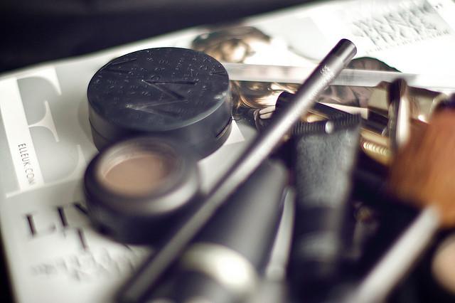 Du maquillage posé sur un magazine
