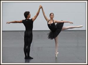 Deux personnes qui dansent la danse classique