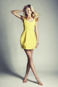 femme en robe jaune
