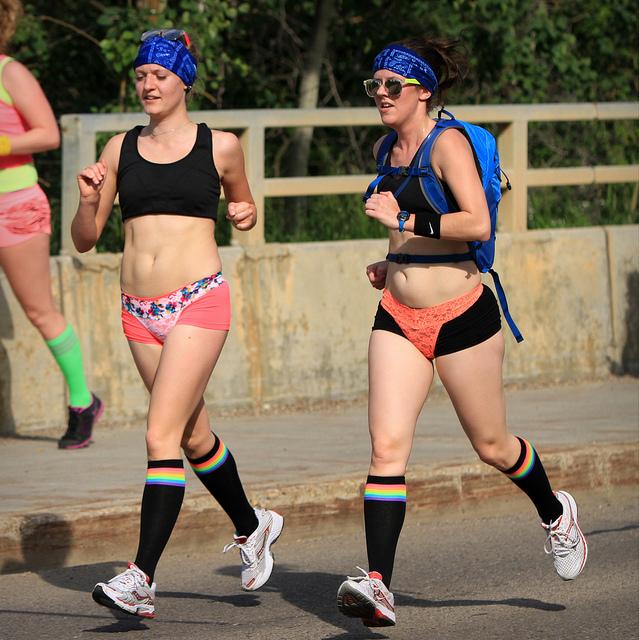 Des femmes font un jogging et portent des brassières de sport.