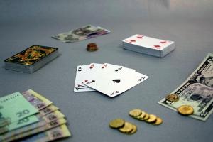 Jeu de cartes sur une table, avec de l'argent.