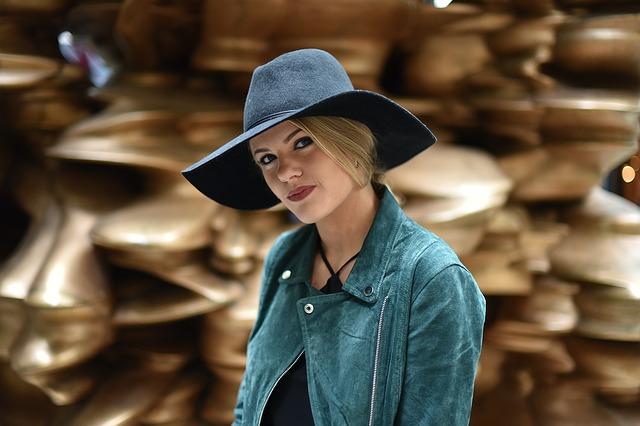 Jeune femme blonde à chapeau.