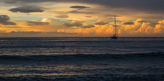 Bateau sur l'eau avec coucher de soleil.