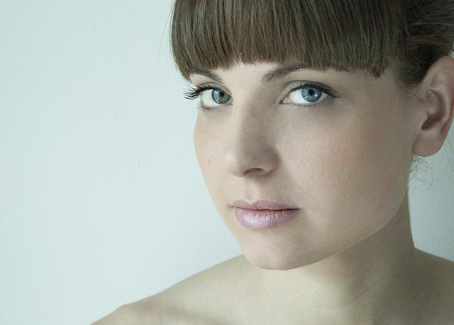 Jeune femme au maquillage naturel.