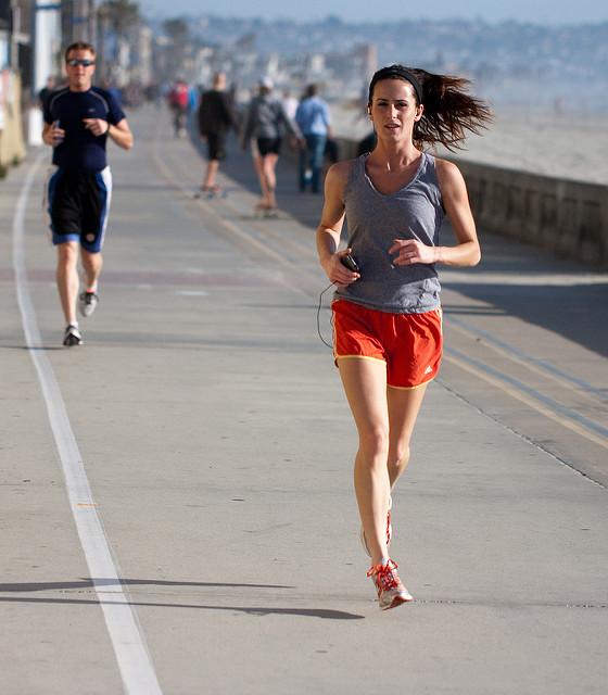 Une jeune femme fait un jogging.
