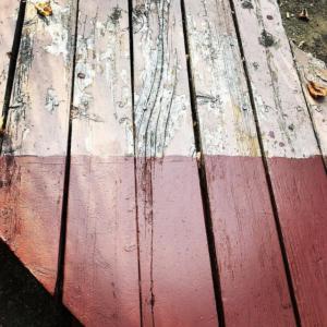 Des planches de bois peintes à moitié.