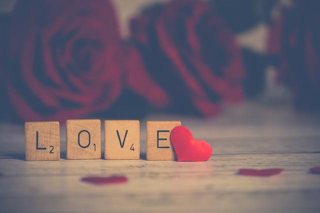 """Lettres du scrabbles formant le mot """"love"""""""