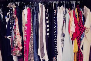 Placard rempli de vêtements