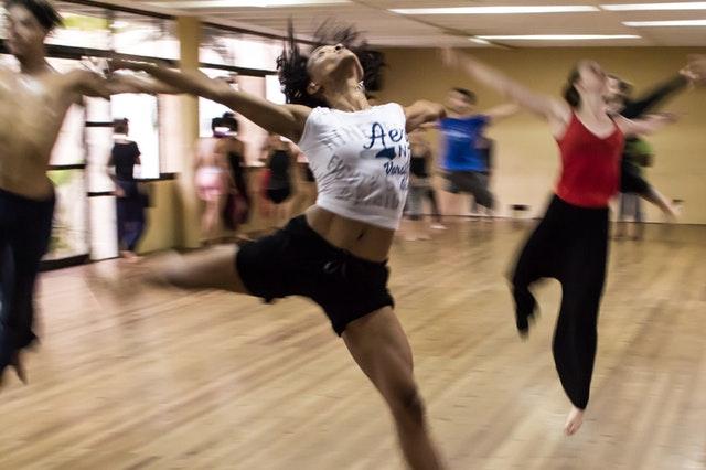 Cours de danse en salle.