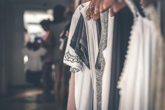 Dressing ouvert avec des vêtements suspendus.