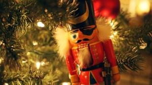 Le Casse-noisette de l'opéra dans un sapin de Noël.