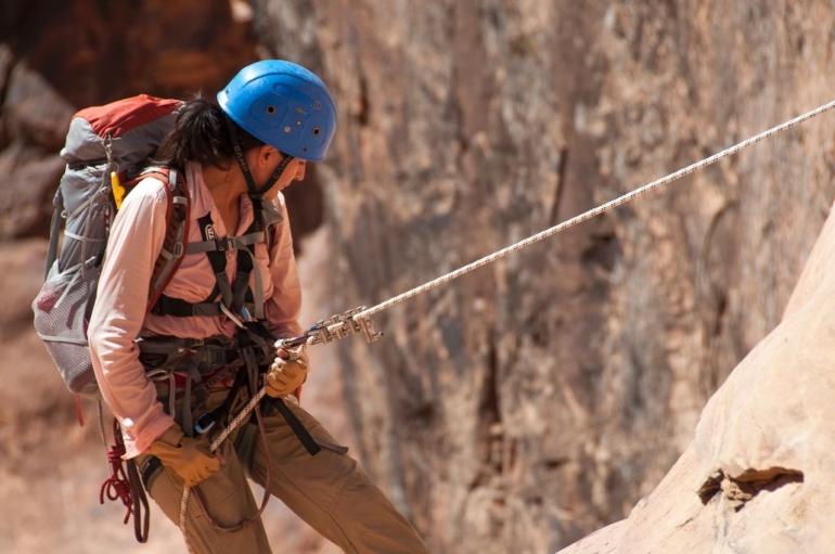 Une femme qui fait de l'escalade.