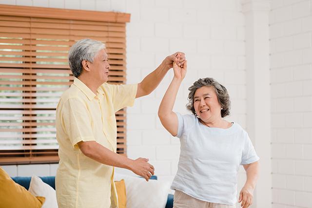 C'est un couple de seniors qui danse.