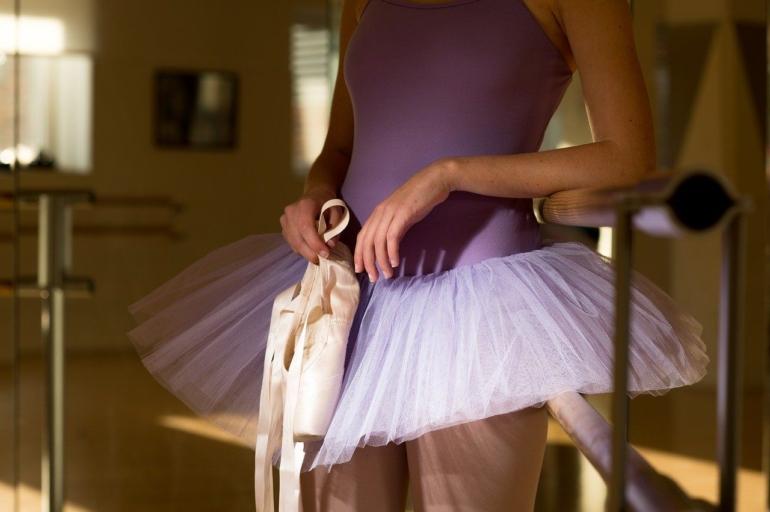 C'est une femme en tenue de danse classique.
