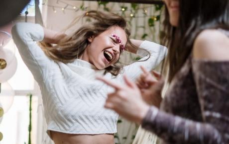Des jeunes femmes qui dansent.