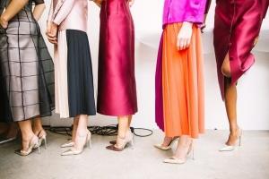 Bas de corps de femmes avec des vêtements colorés.