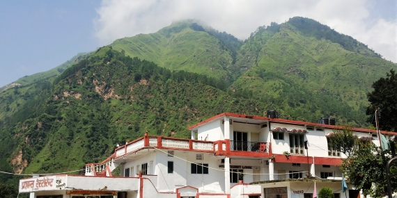 Vue de l'Himalaya depuis un village.