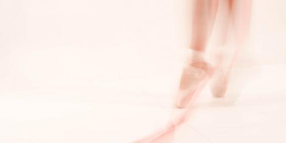 Une danseuse réalisant des pointes avec ses chaussons de danse.